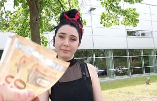Image Jovencita alemana agarra el dinero y folla duro ante una cámara