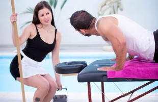 Image Ofrece un masaje a su sirvienta y acaba dándole por detrás