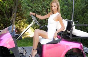 Image Veronica Leal se corre con una enculada sobre un carro de golf