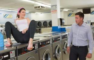 Image Echa un polvo en la lavandería mientras espera por su ropa
