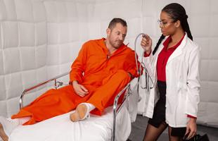 Image Kira Noir examina a un preso y comprueba lo en forma que está