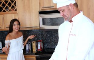 Image Pilló a su chef rellenando un pollo tras fantasear con ella