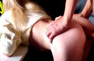 Image Rompe el culito de su novia mientras ella juega en el ordenador
