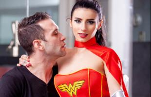 Image Posa con su disfraz de Wonder Woman y acaba enculada