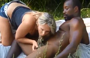 Image Sale de picnic con un mulato cachas y le deja rellenar su coño