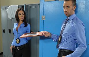Image Acaba la discusión con su compañera de policía metiéndole la polla